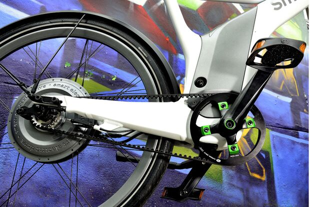ub-smart-e-bike-test-action-1-motor-pedale (jpg)